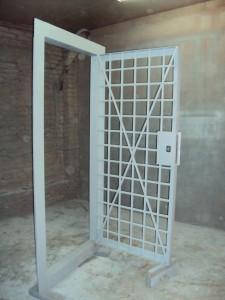 Решетчатая дверь оружейной комнаты